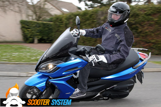 Son empattement court donne au Kymco un comportement dynamique.