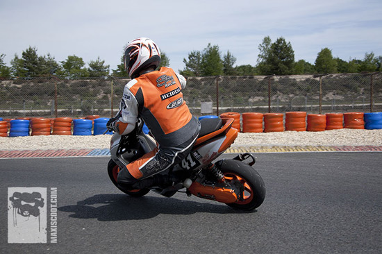 Un pilote sur Scooterpower Racing Team au guidon de son Mach-G sur la piste